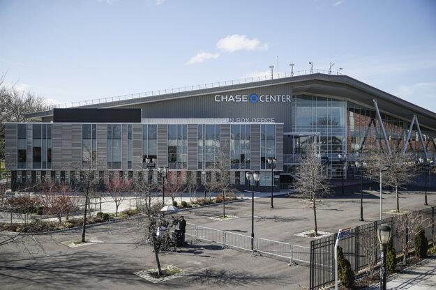 Novinári s televíznym štábom reportujú pred budovou Chase Center, ktorá bude slúžiť ako poľná nemocnica v New Yorku.
