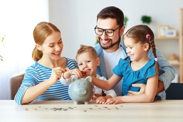 Veľkú časť úspor držia Slováci doma alebo v banke na nízko úročených účtoch.