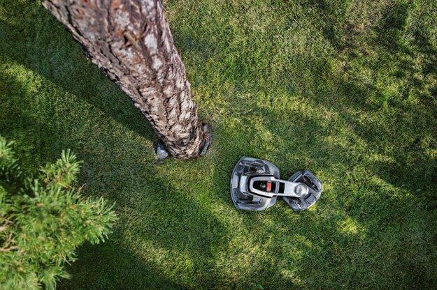 Kosačka Husqvarna Automower® má nárazový senzor a sleduje, čo je pred ňou.