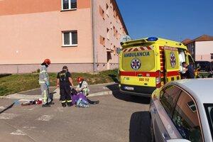 Pomoc pri záchrane človeka priamo v centre Žiaru nad Hronom.