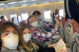 Repatrianti na výlete v lietadle.