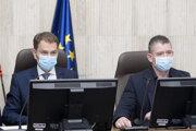 Premiér Igor Matovič (vľavo) a minister vnútra Roman Mikulec počas zasadnutia Ústredného krízového štábu.