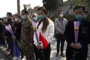 Číňania si uctili obete koronavírusu v krajine.