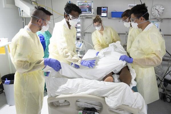 Zdravotníci sa v Švajčiarsku starajú o pacienta s COVID-19 na jednotke intenzívnej starostlivosti.