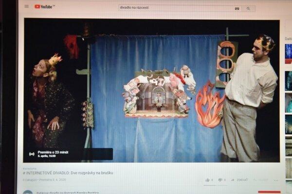 Diváci sa na predstavenia bábkového divadla na Rázcestí môžu pozerať online.