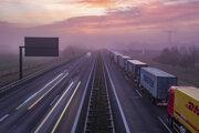 Kamióny stoja v rade skoro ráno na diaľnici pred nemecko-poľským hraničným priechodom blízko Frankfurtu nad Odrou.