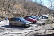 Plné parkovisko pri košickom rekreačnom stredisku Alpinka. Fotografia je z víkendu, z 15. marca, pár dní po vyhlásení mimoriadnej situácie.