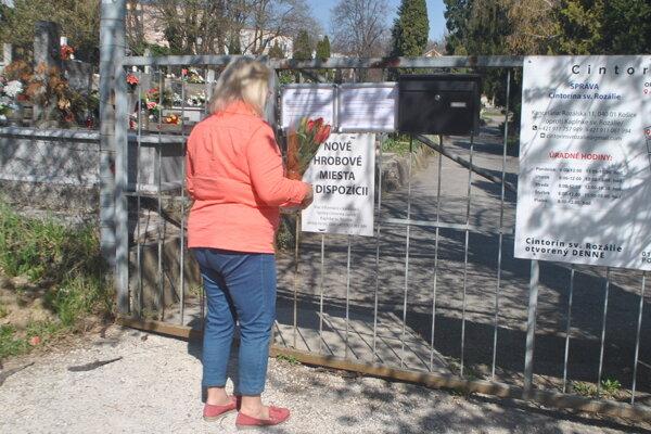 Mnohí ľudia stále prichádzajú na cintorín, no dnu sa nedostanú.