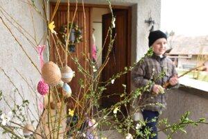 Šibačka sa tento rok obmedzí len na mamy a partnerky, s ktorými šibači žijú v jednej domácnosti. Ilustračné foto