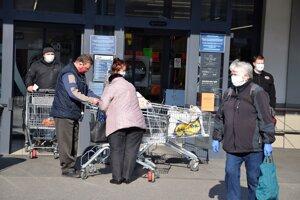 Seniori si pomaly na svoj čas v obchodoch zvykajú. Nie všetkým vyhovuje.