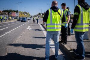 Policajti kontrolujú dodržiavanie obmedzeného pohybu.