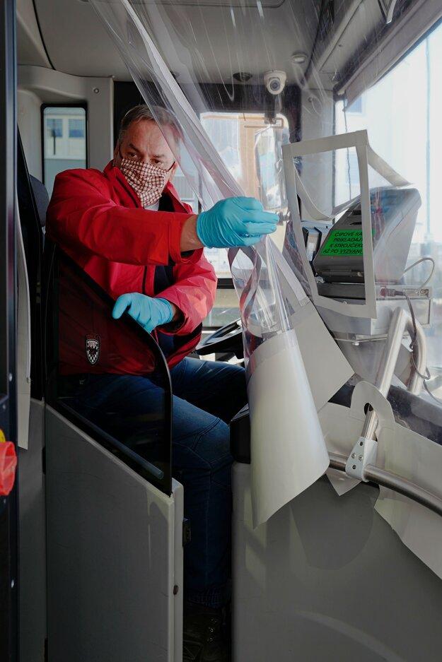 Vodičov MHD  v Poprade chráni plastový štít.