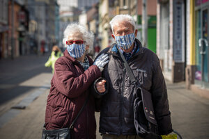 Starší ľudia patria k najviac ohrozeným súčasnou epidémiou a berú to zodpovedne.