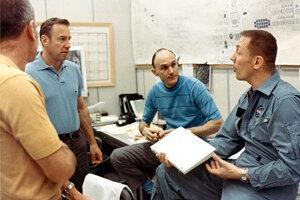 Zľava: James Lovell, Ken Mattingly a John Swigert počas jednej z predletových porád.
