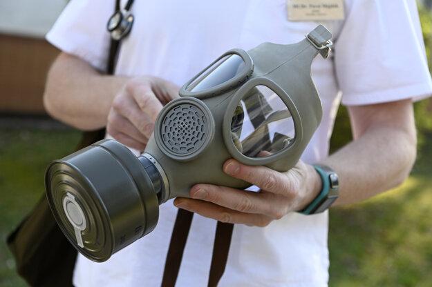 Staršími maskami CM-4 z miestneho CO skladu sanujú nedostatok ochranných pomôcok.