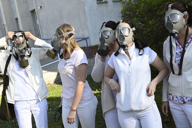 Zdravotníci z NsP Prievidza používajú pri práci plynové masky.
