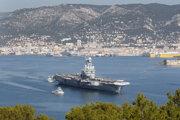 Na archívnej snímke z novembra 2015 loď Charles de Gaulle opúšťa svoj domovský prístav v meste Toulon.