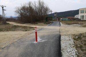 Cyklocesta pri rybníkoch. V apríli doplnili aj vodorovné dopravné značenie.