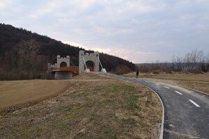 Most na cykloceste pod kopcom, na ktorom stojí Šarišský hrad.