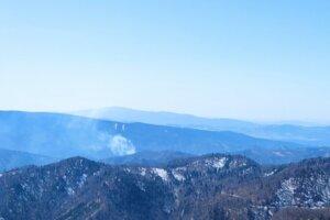 Požiar v ťažko dostupnom teréne v katastri Čremošného.