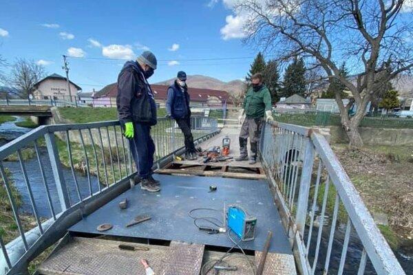 Oprava železného mostu v Mýtnej.