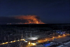 Na snímke zo strechy jadrovej elektrárne pohľad na lesný požiar v uzavretej zóne okolo Černobyľskej jadrovej elektrárne.
