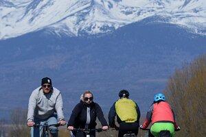 Ľudia sa bicyklujú po cyklistickom chodníku neďaleko Popradu.