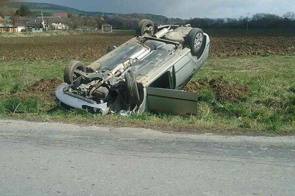 Pri nehode v Šebešťanovej skončilo auto na streche.