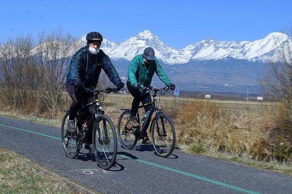 Cyklisti v okolí Popradu.