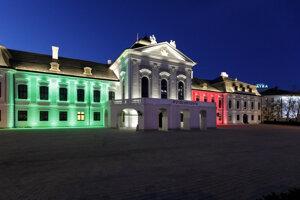 Prezidentský palác v Bratislave symbolicky osvetlený vo farbách talianskej trikolóry na znak solidarity s Talianskom.