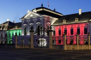 Prezidentský palác symbolicky osvetlený vo farbách talianskej trikolóry na znak solidarity s Talianskom.