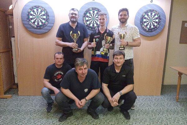 Horný rad zľava Peter Hrdlička, Marek Bača a Jakub Luši, v podrepe zľava Peter Kršák, Milan Paluga a Maroš Lacko.