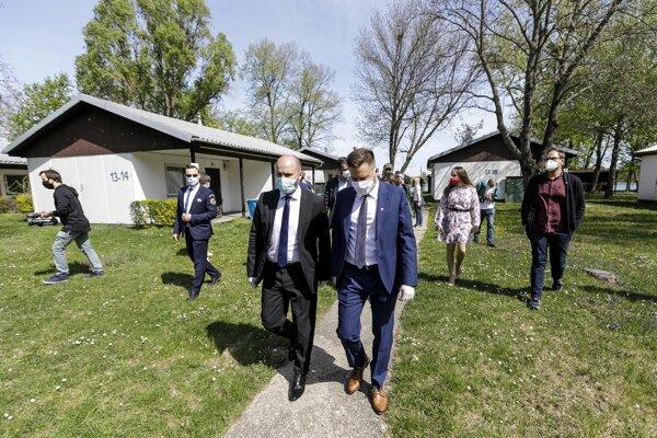Na snímke sprava primátor Bratislavy Matúš Vallo a minister obrany SR Jaroslav Naď počas otvorenia kontajnerového mestečka pre ľudí bez domova v areáli Zlatých pieskov v Bratislave 16. apríla 2020.