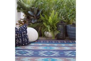 vonkajší koberec z recyklovaného plastu je praktický aj na balkón