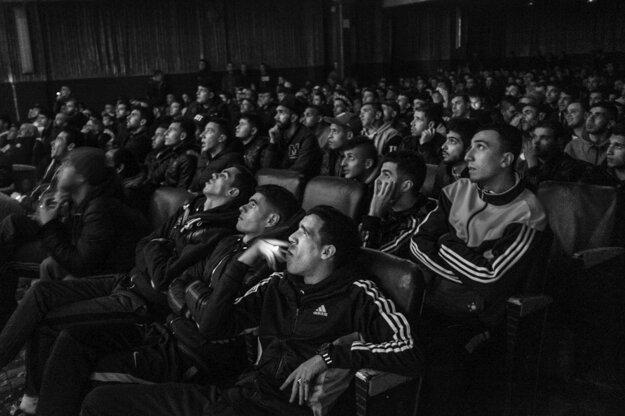Romain Laurendeau získal cenu World Press Photo Story of the Year a prvú cenu v kategórii Dlhodobé projekty, Mladí ľudia sledujú futbalový zápas v kine Olympia v Alžíri v Alžírsku.