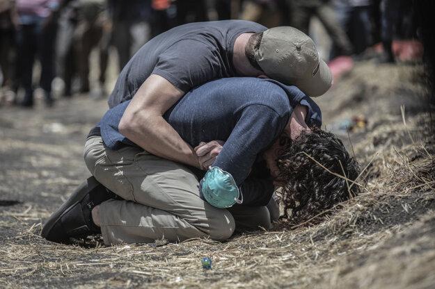 Mulugeta Ayene, AP. Príbuzní smútia na mieste havárie lietadla v Etiópii. Záber je súčasťou série, ktorá získala prvú cenu v kategórii Spot News Stories