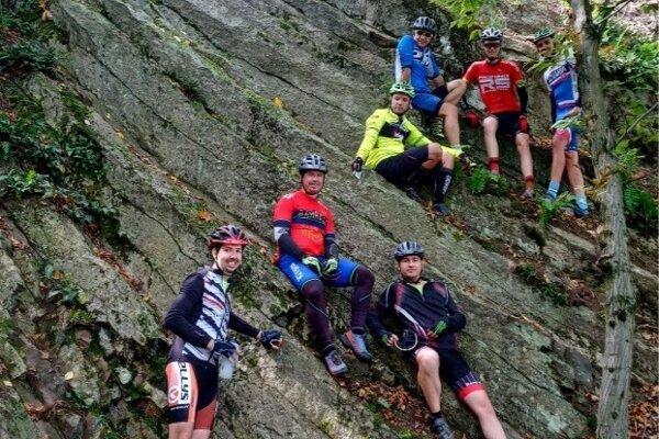 Fiľakovskí cyklisti pri skalnom útvare pod Veľkým hradišťom blízko Ratky.