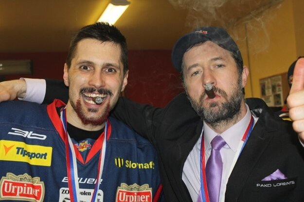 Lukáš Jurík (vľavo) s Jaroslavom Törökom s neodmysliteľnou víťaznou cigarou v šatni Zvolena.