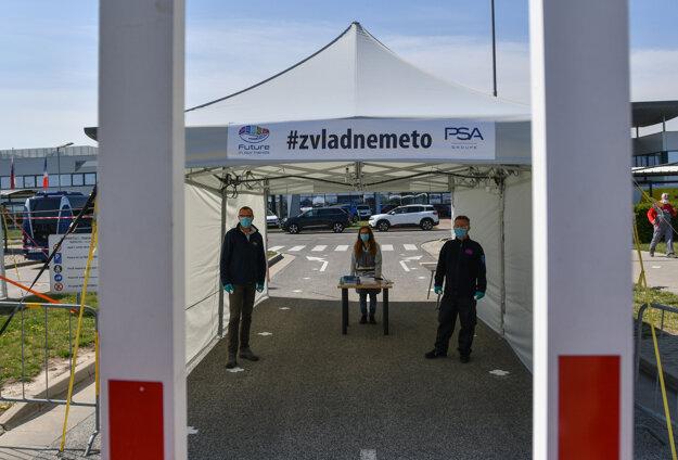 Vstup do areálu závodu spoločnosti Groupe PSA počas prehliadky pozastavenej výrobnej linky v rámci zaistenia opatrení vedením spoločnosti proti šíreniu ochorenia COVID-19 spôsobeného koronavírusom na pracovisku.