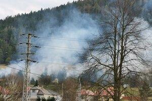 Jedno z lokálnych ohnísk po trati Vlaku. Horí aj nad domami v obci Kolinovce popri trati.
