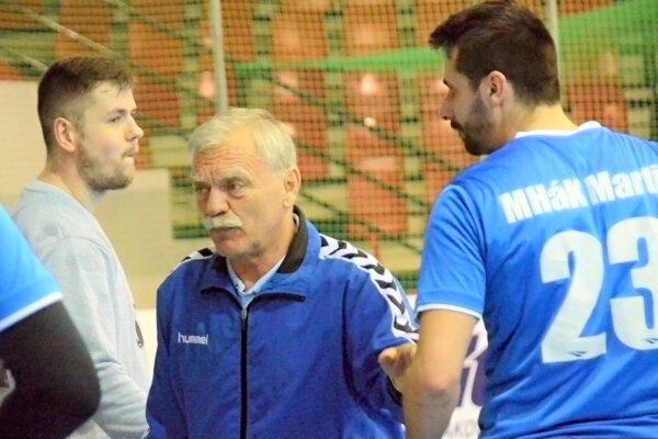 Tréner Ladislav Bíro pri práci na striedačke.