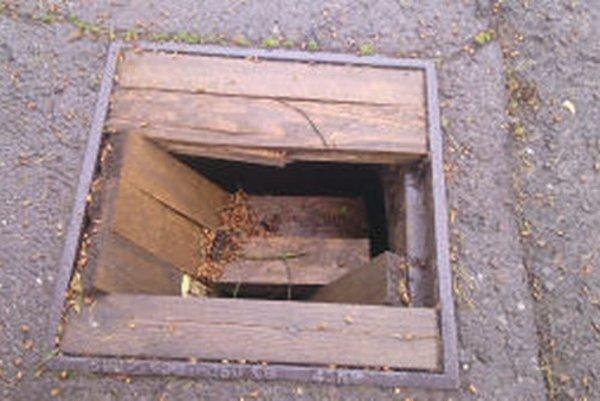 Pôvodné liatinové poklopy v Žarnovici nahradili provizórnymi drevenými. Dôvodom boli opakované krádeže.