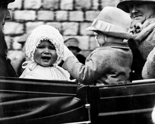 Na snímke z roku 1927 princezná Alžbeta počas jazdy v koči v anglickom Windsore.