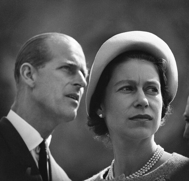 Na snímke z 20. júna 1959 britská kráľovná Alžbeta II. a jej manžel princ Philip, vojvoda z Edinburghu počas návštevy dolu na ťažbu železnej rudy počas ich návštevy Kanady.