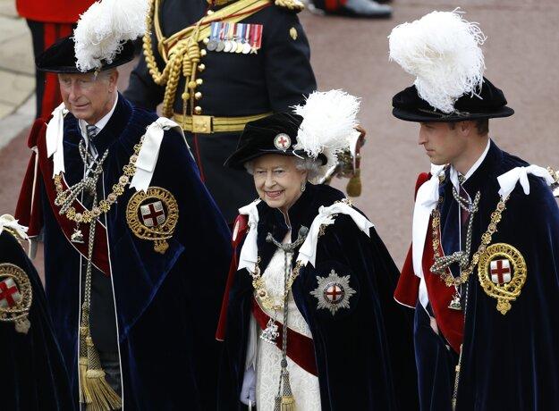 Alžbeta II. kráča spolu s princom Williamom a princom Charlesom do Kaplnky sv. Juraja počas slávnostného pasovania nových rytierov rádu Garter vo Windsore, 17. jún 2013.
