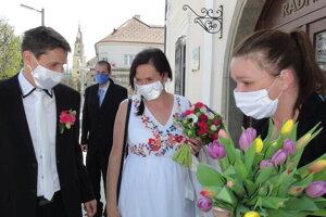 Mladomanželia pred Starou radnicou vo Zvolene.