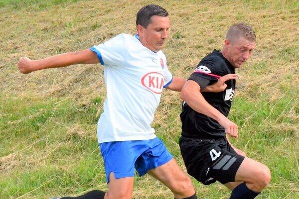 Dušan Hrivnák (v bielom) na futbalovom ihrisku.