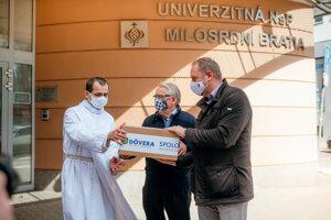 Dôvera venovala zdravotnépomôcky po celom Slovensku: