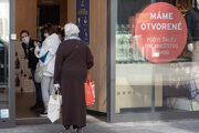 Zákazníčky čakajú pred predajňou textilu na Obchodnej ulici v Bratislave počas otvorenia prevádzok v rámci 1. fázy uvoľnovania opatrení štátu proti šíreniu koronavírusu.