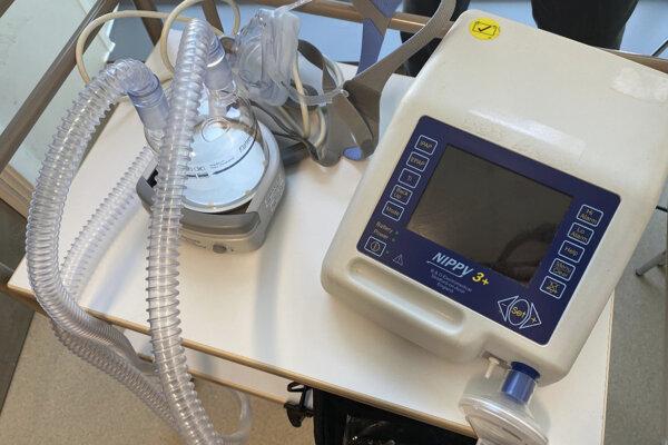 Pľúcny ventilátor, ktorý posledných päť rokov pred svojou smrťou používal britský vedec Stephen Hawking, darovala jeho rodina nemocnici v Cambridgei, kde už medzičasom pomáha pacientom nakazeným novým koronavírusom SARS-CoV-2.
